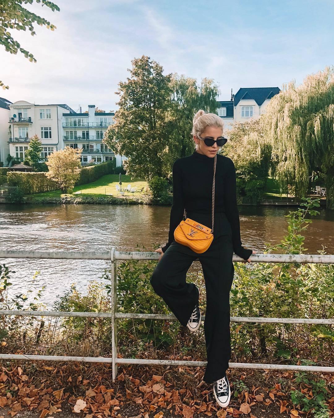 網紅Caro Daur曾演繹過黃色New Wave鍊帶包。圖/LV提供