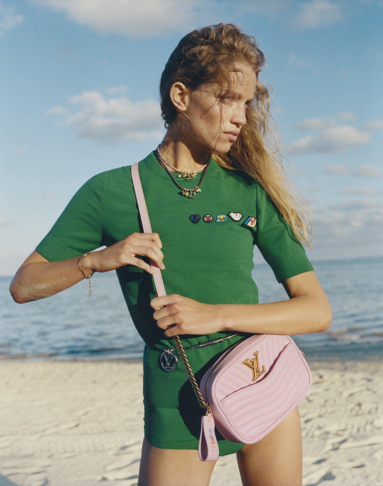 路易威登New Wave包款推出糖果粉紅色的相機袋,售價61,500元。圖/LV...