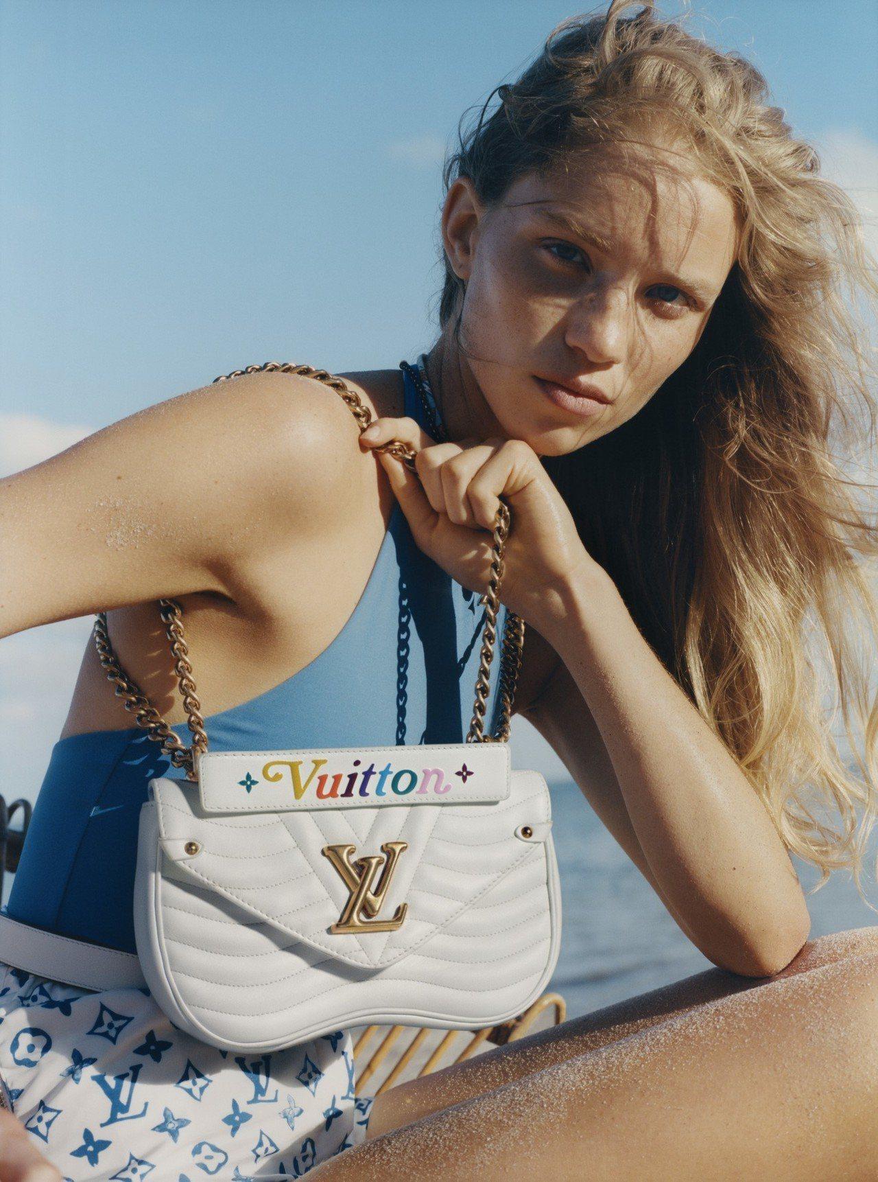 去年推出的New Wave鍊帶包以繽紛彩虹字體為特色之一,近期推出白色新款。圖/...