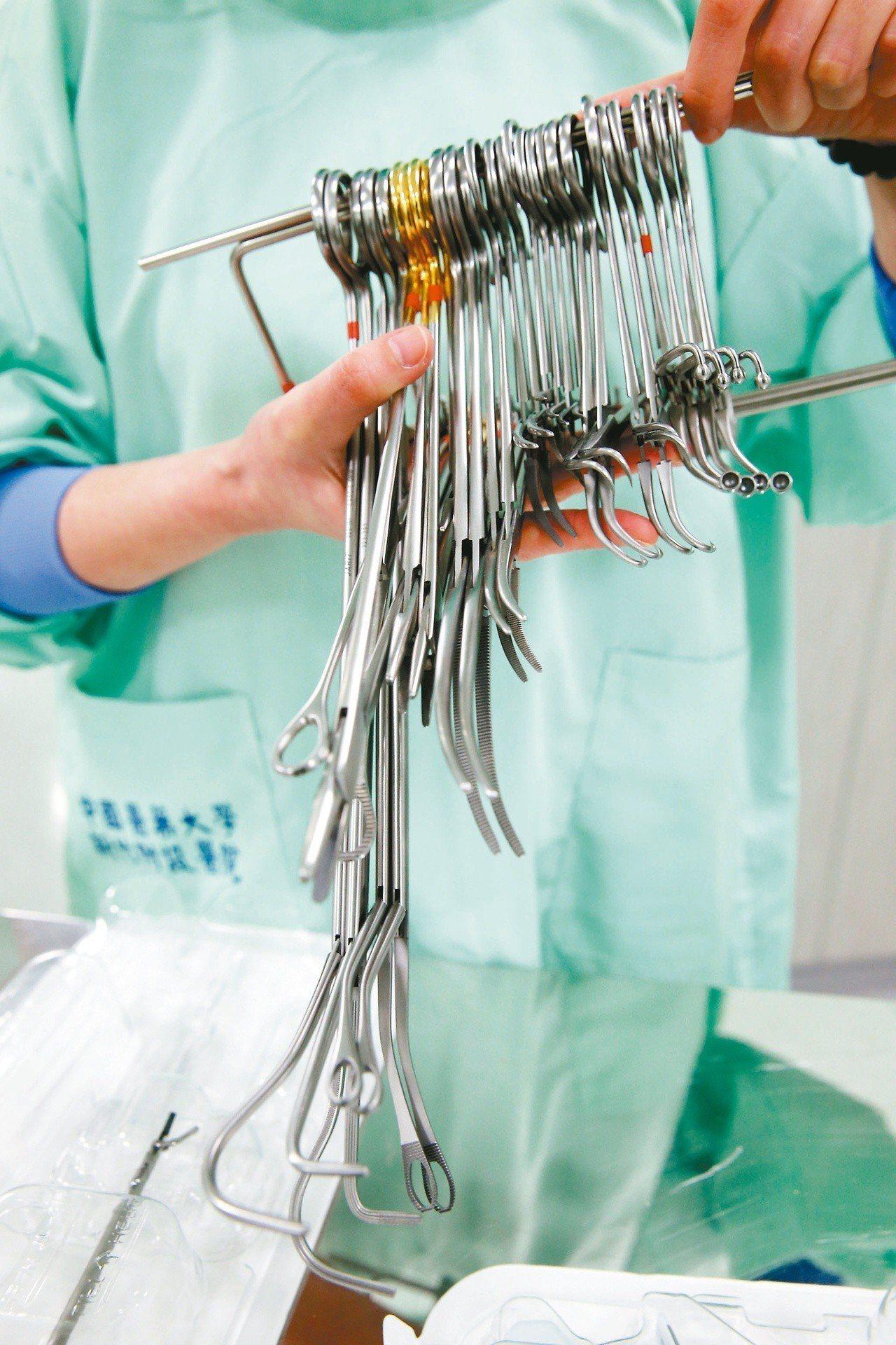 部分醫院私下重複使用一次性手術耗材,病患不知自己所用的手術耗材竟是二手貨。圖為可...