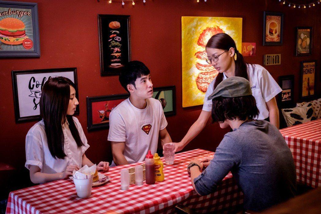 陳妤(右)飾演漢堡店老闆女兒。圖/歐銻銻娛樂提供