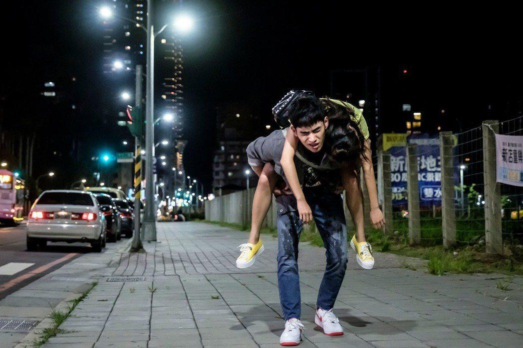 張書豪扛陳妤走3公里。圖/歐銻銻娛樂提供