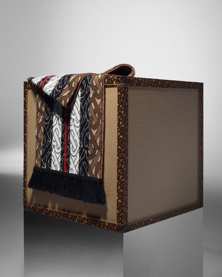 BURBERRY的TB Monogram系列圍巾材質為喀什米爾羊絨。圖/BURB...
