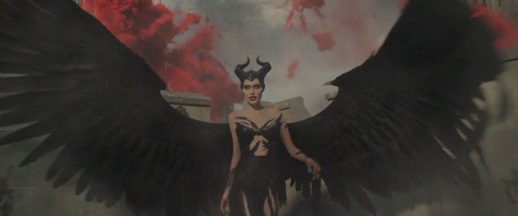 安琪莉娜裘莉在「黑魔女2」造型更性感。圖/翻攝自YouTube