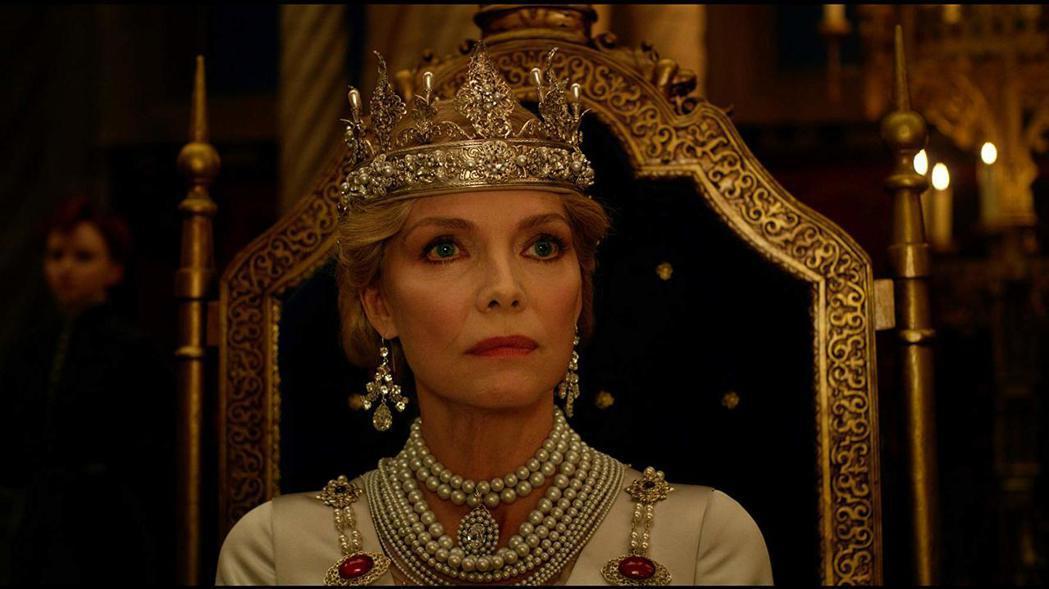 蜜雪兒菲佛扮演看似雍容華貴、卻不一定單純善良的皇后。圖/摘自imdb