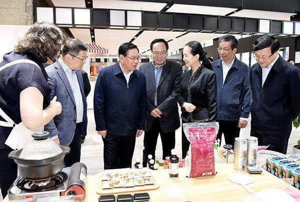 上海市委書記李強(右五)今天視察虹橋商務區