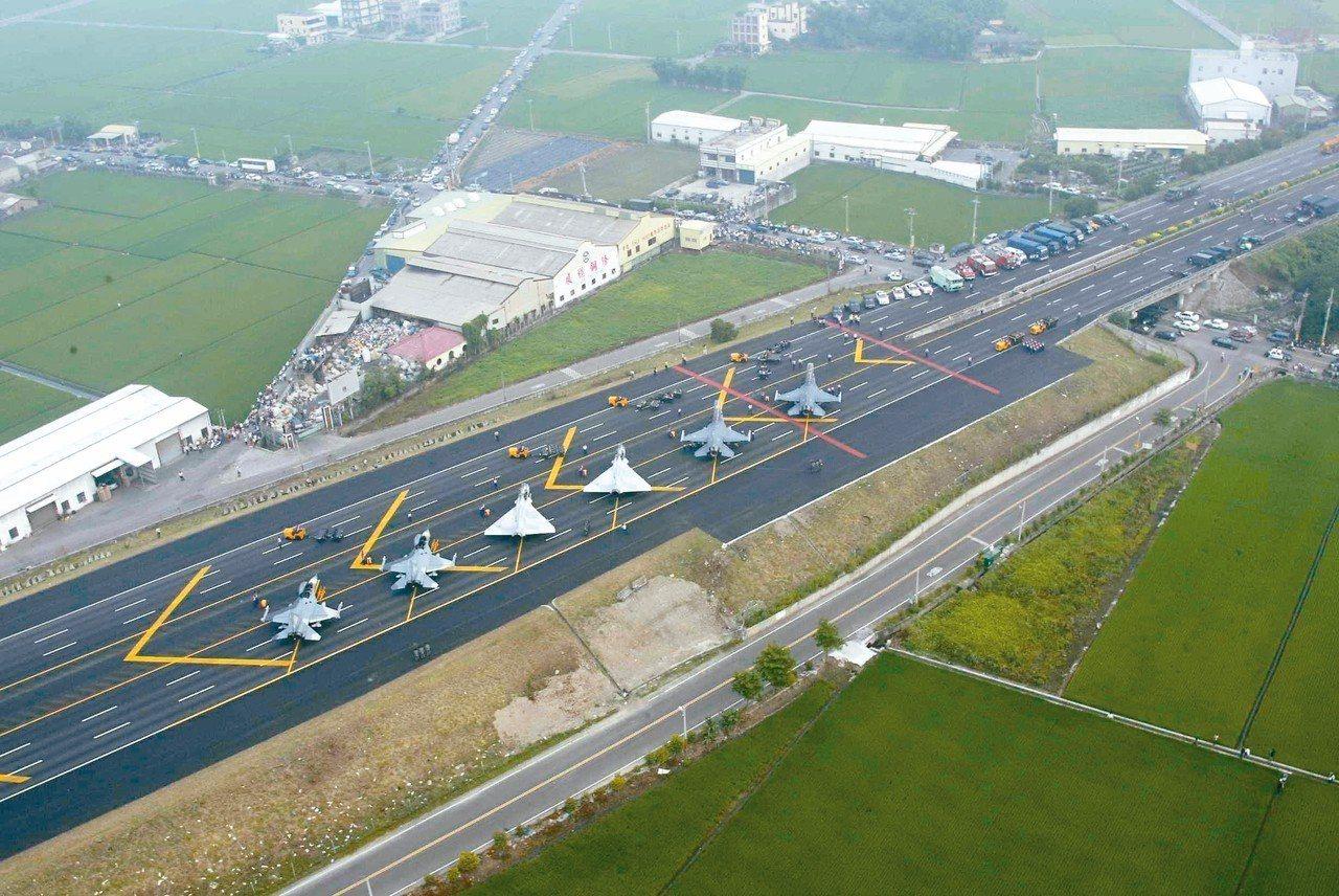 今年漢光演習彰化戰備道操演,空軍將派出剛改良的F-16V戰機,進行試降。 圖/軍...