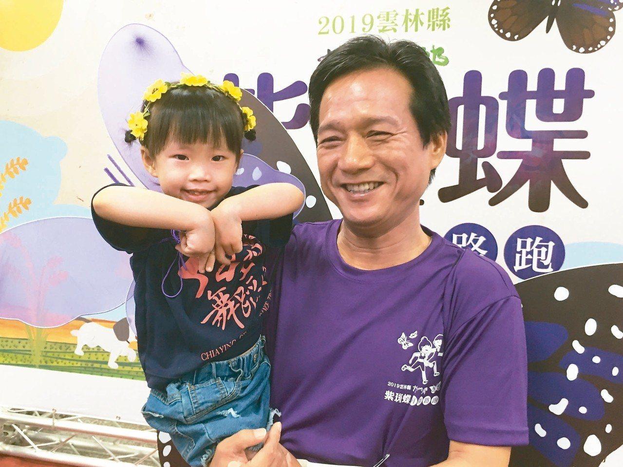 鄉長張維崢(右)號召2500名跑者一同背著紫色翅膀在田園道路奔跑,化身美麗的紫蝶...