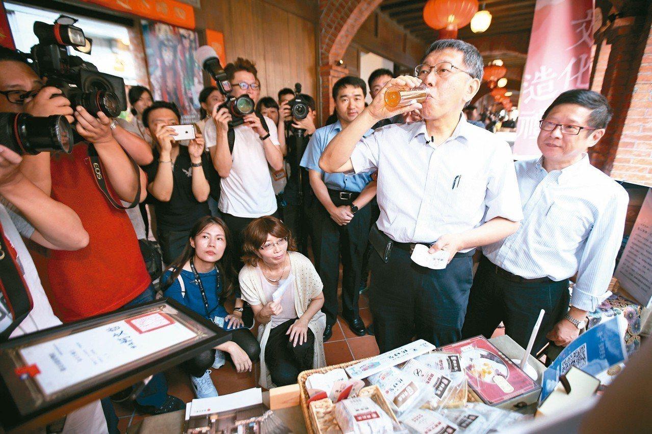 台北市長柯文哲昨下午(右二)出席「台北造起來」再造店家宣傳暨甄選記者會,品嘗店家...