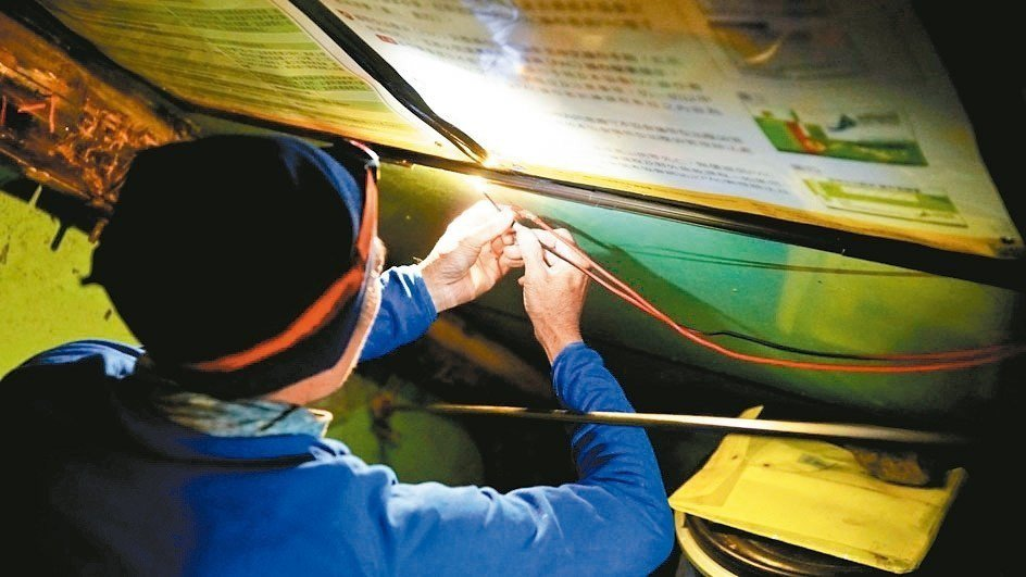 高山志工在圓峰山屋修復被剪斷的電線。 圖/玉管處提供