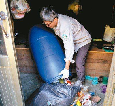 山屋內連高山症救命用攜帶式加壓袋,都遭遊客當成垃圾桶被塞滿垃圾。 圖/玉管處洪協...