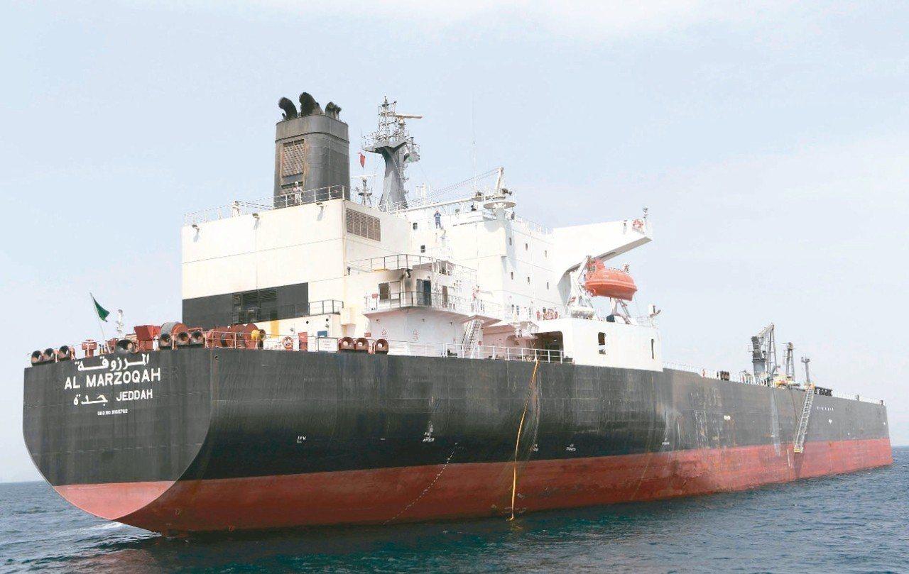 阿聯公布照片顯示,沙國「Al Marzoqah號」等四艘油輪,十二日都在船底被爆...