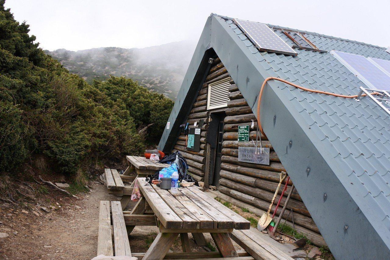 玉山國家公園內設有15座避難山屋,數量全國最多,供山友求救和歇息,但很需要共同愛...
