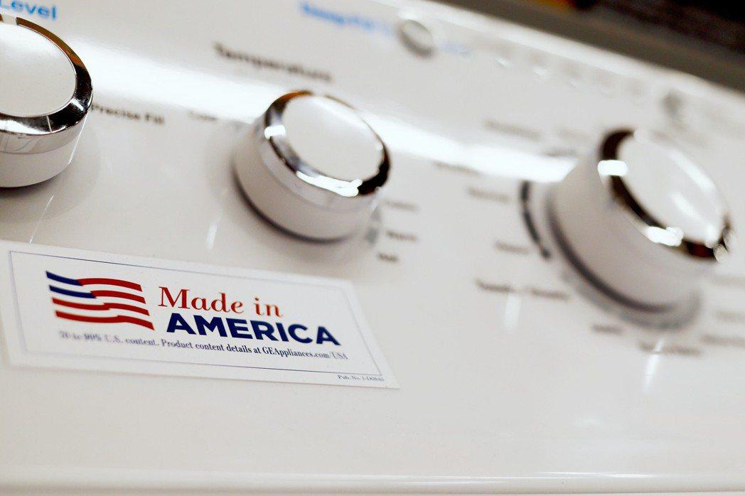 川普宣稱買美國貨就可規避關稅,但這種說法遭專家一面倒抨擊。圖為貼有「美國製造」標...