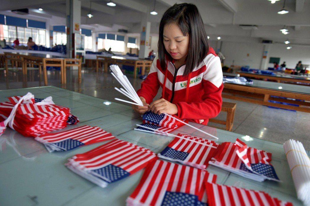專家認為拒絕中國製造談何容易,許多美國國旗也都是中國大陸生產。 (路透)