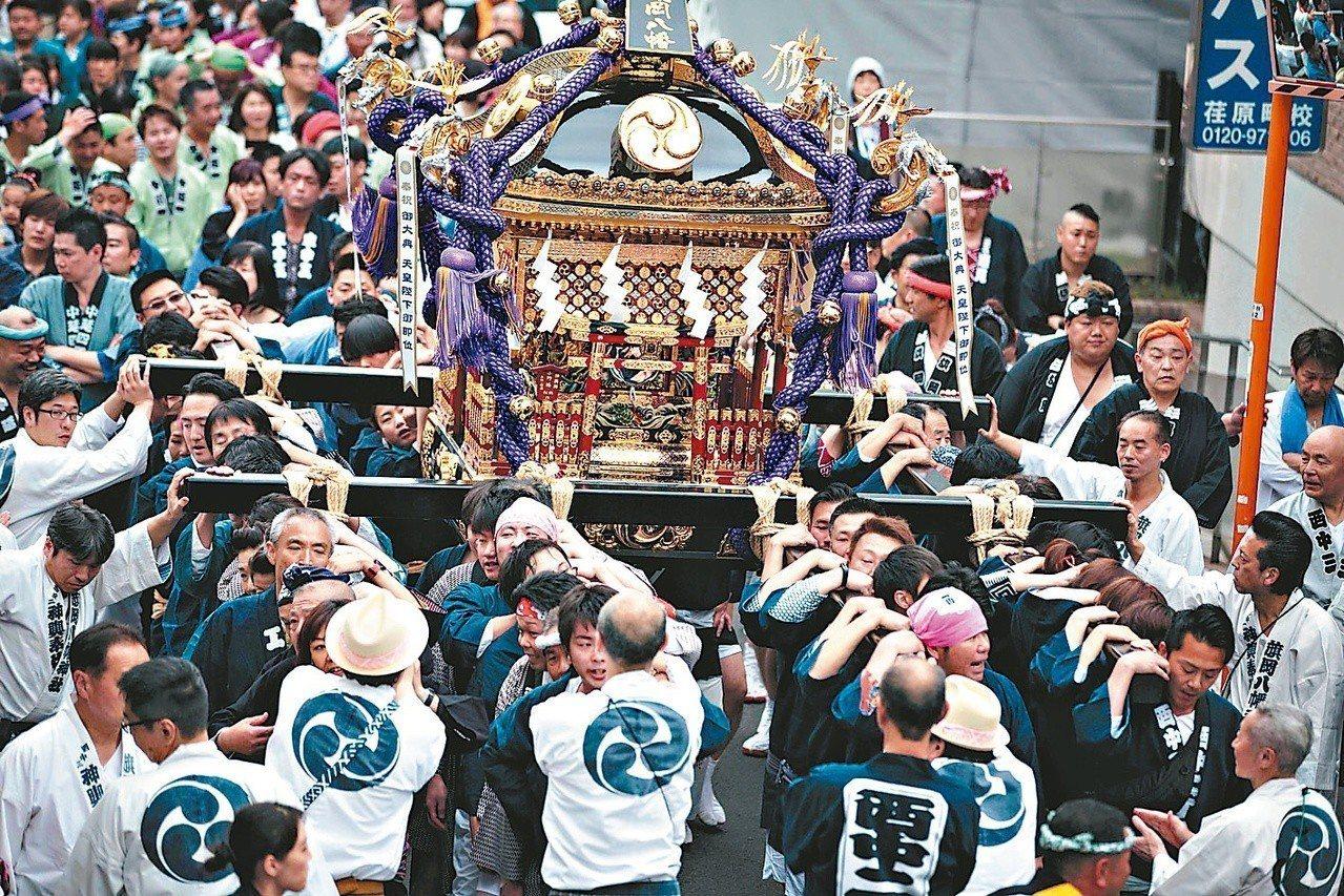 日本東京街頭抬神輿遊行,慶祝新皇登基。 (法新社)