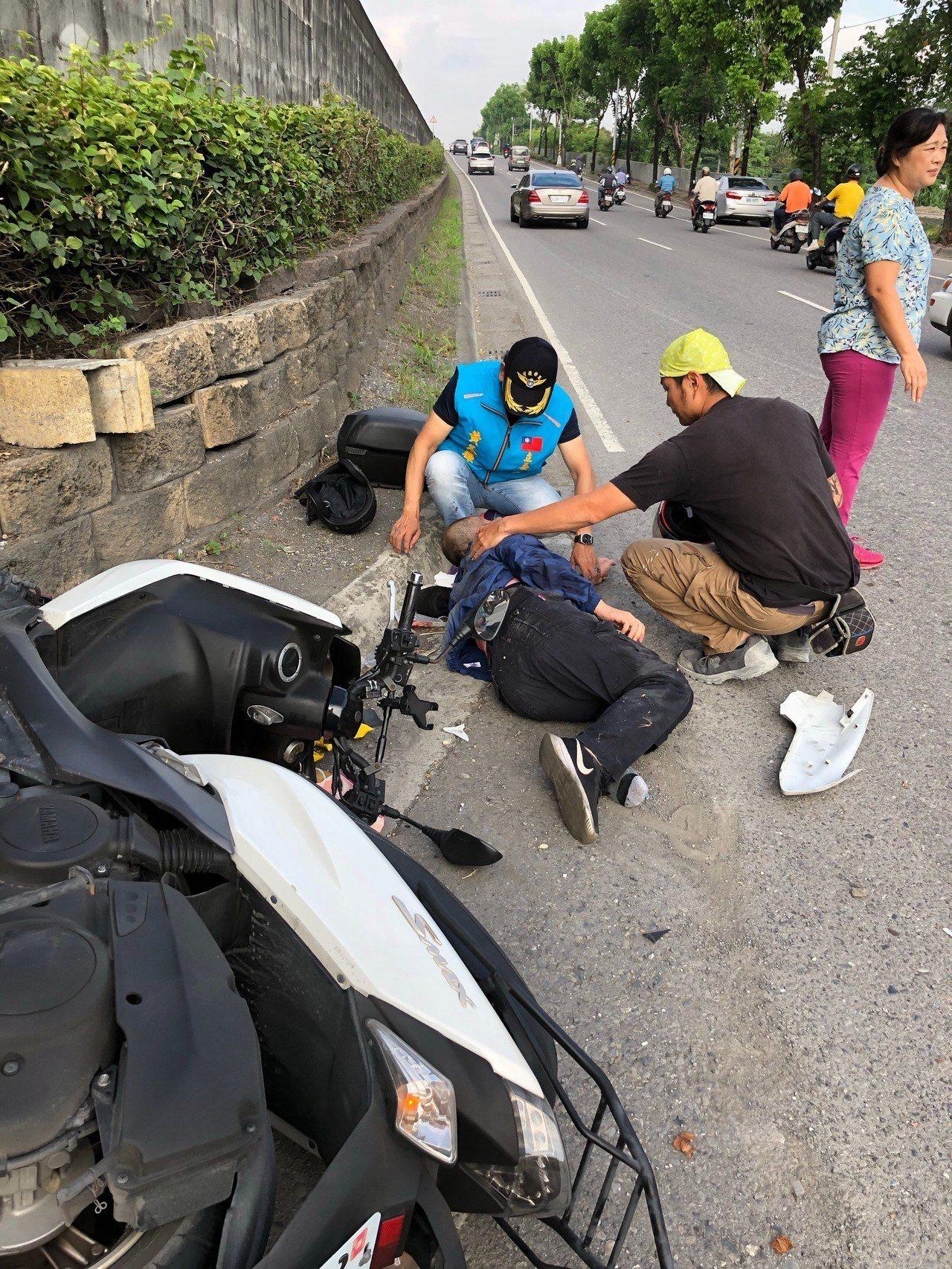 今天上午7點多,屏東縣建國路與環河路口,發生機車對撞車禍,民眾熱心協助照顧傷患。...