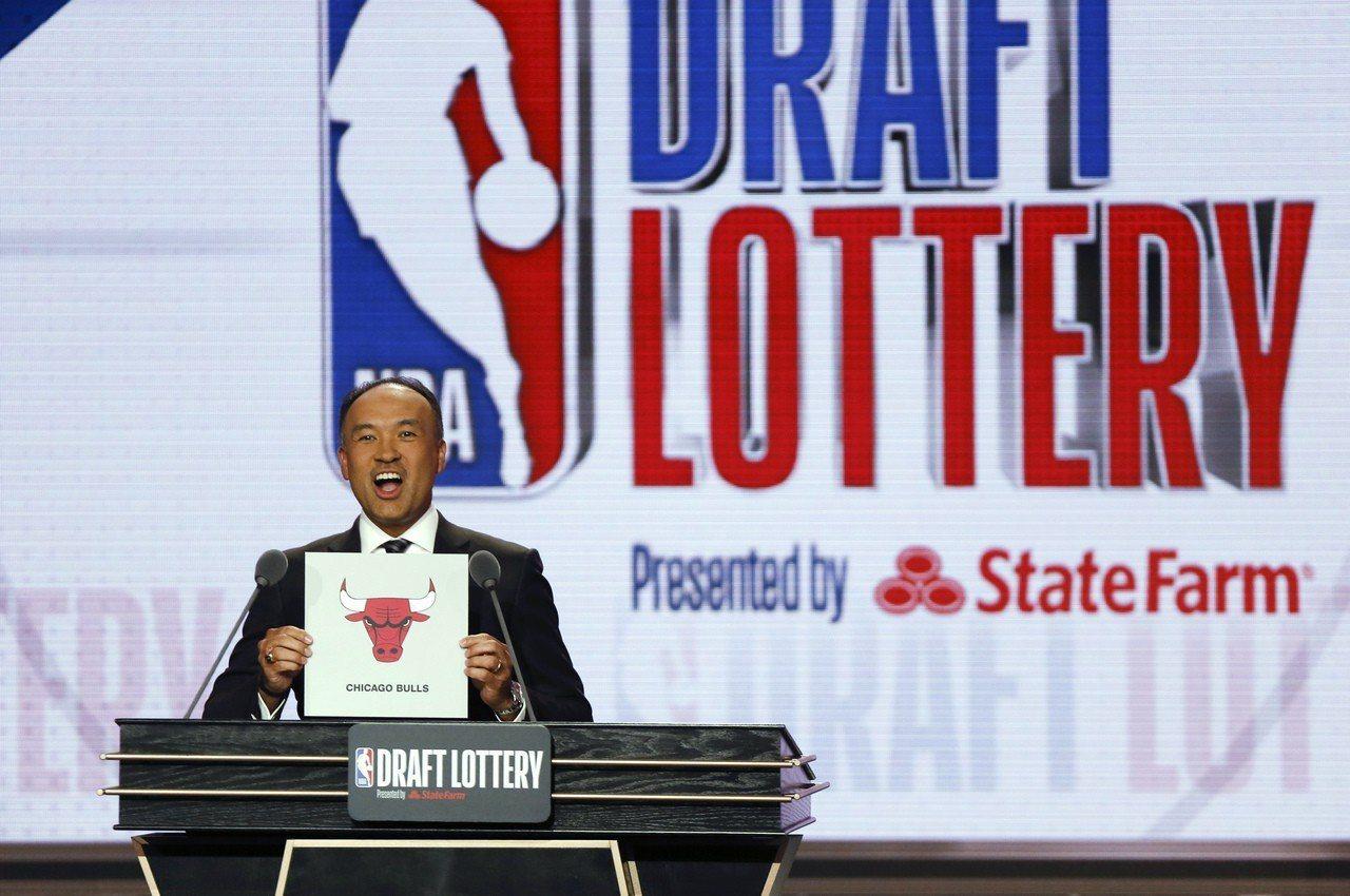 NBA副總裁泰托姆宣布公牛獲得選秀第七順位。 美聯社