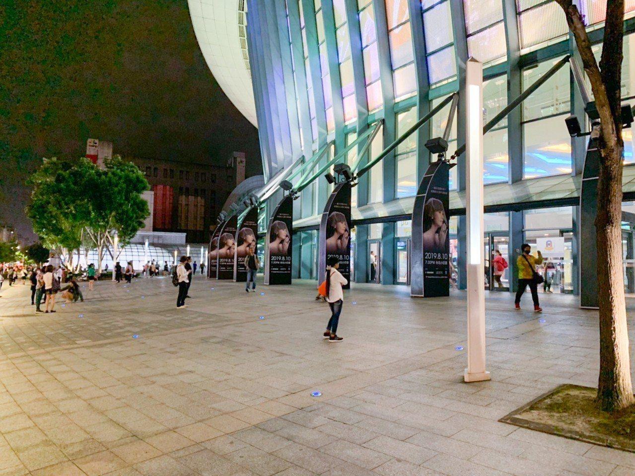 「小哥」費玉清告別演唱會今晚在台北小巨蛋舉行,但途中爆出粉絲互相毆打事件。記者蔡...