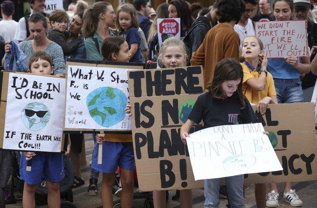 圖為5月3日澳洲孩童在街頭抗議氣候變遷。圖/美聯社