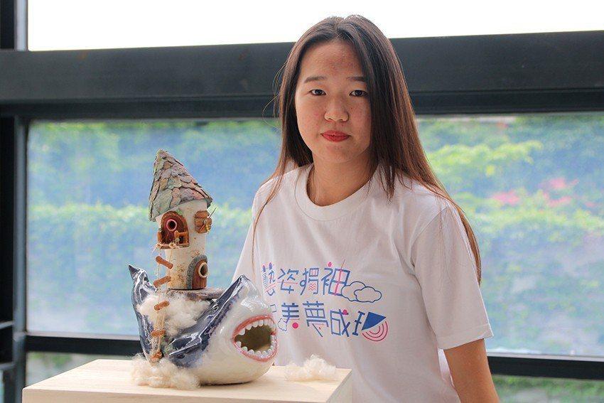 李欣儀的《艱難中的恬靜》以愛看的鯊魚電影為主角,背著夢想小屋,希望鯊魚乘風破浪地...
