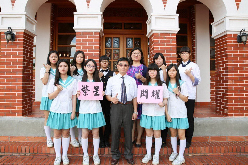 明台高中校長林垂益(前排中)與繁星錄取學生合影。 明台高中/提供