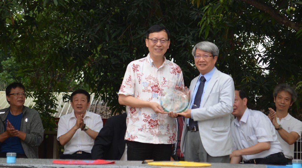 李泳龍校長贈送潘襎館長(右)紀念品。  陳慧明 攝影