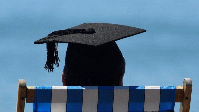美國大學畢業生懷著美好的夢想畢業,卻也將面臨慘淡的現實。圖/路透社