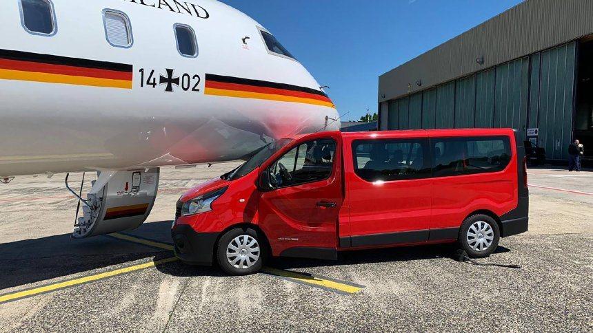 一名德國總理梅克爾的瘋狂粉絲在多特蒙德機場跳下她駕駛的廂型車,衝向座機拍照,廂型...