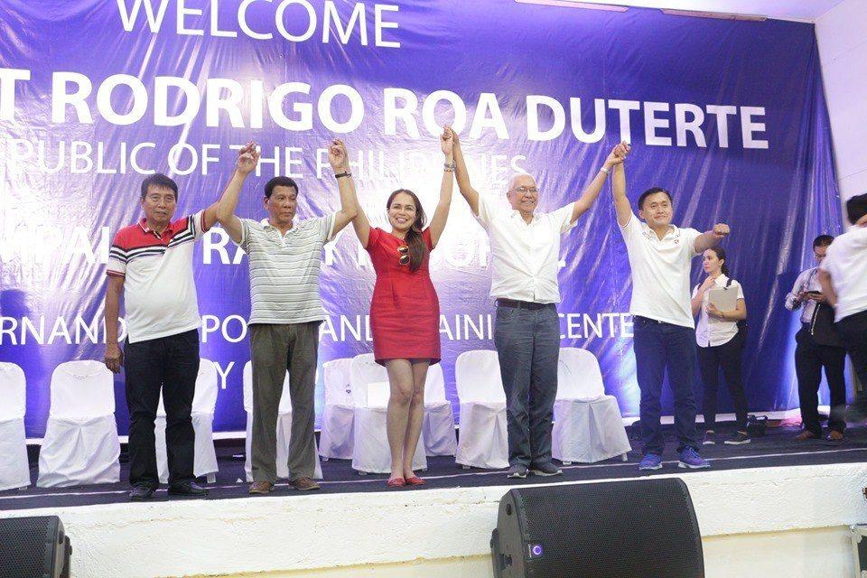 菲律賓總統杜特蒂(左二)與保加省加西亞荷南德茲鎮失婚的美女鎮長巴查格蘭緹(中)同...