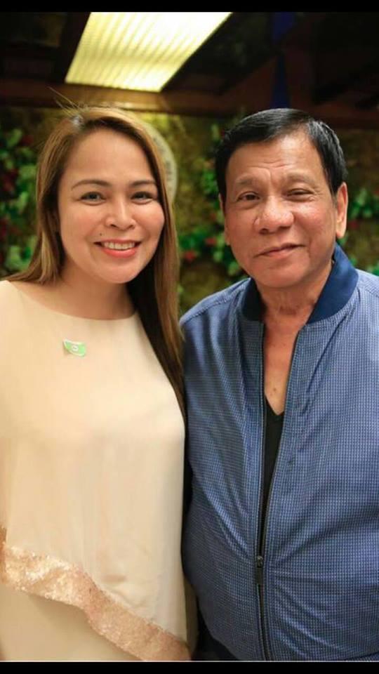 菲律賓總統杜特蒂(右)與失婚的美女鎮長巴查格蘭緹。(取材自臉書)
