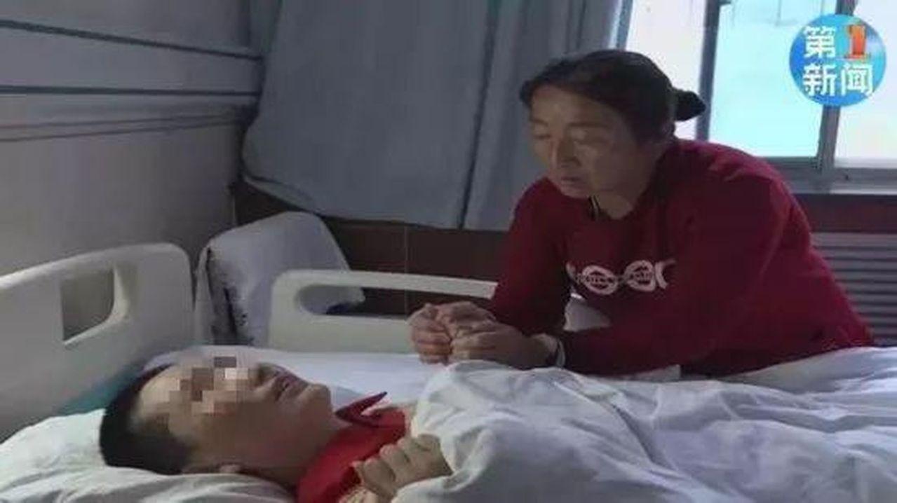 陝西男子陳崗和妻子中毒生命垂危,父母流淚一度決定「放棄兒子救兒媳」,陳崗弟弟當時...