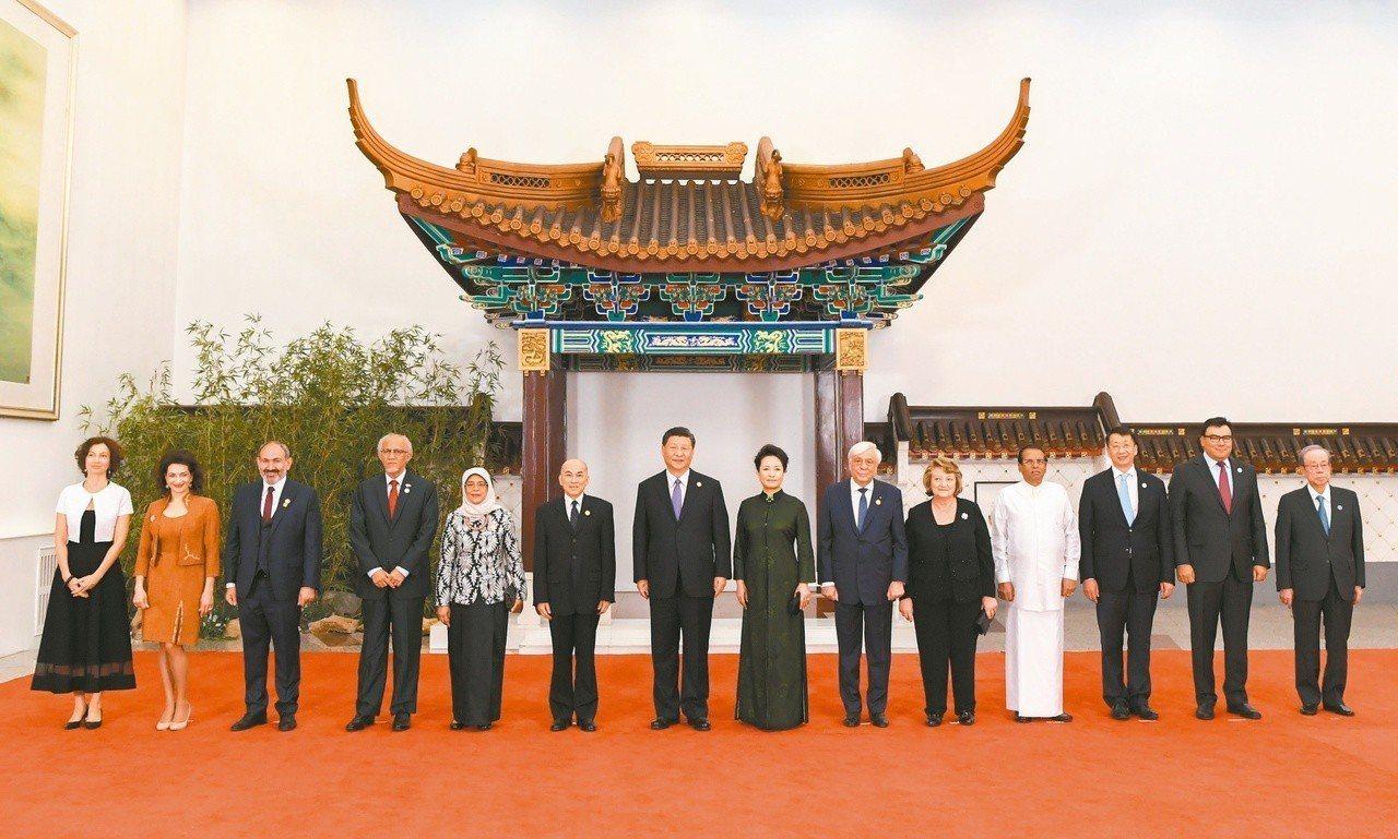 習近平和夫人彭麗媛在北京人民大會堂舉行宴會,歡迎出席亞洲文明對話大會的各國領導人...