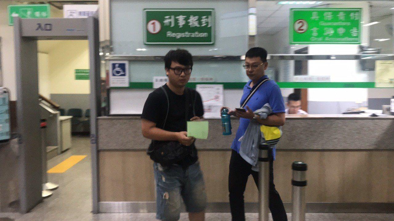 調任高雄市警局鳳山分局的賴姓員警以5萬元交保後離開。記者柯毓庭/攝影