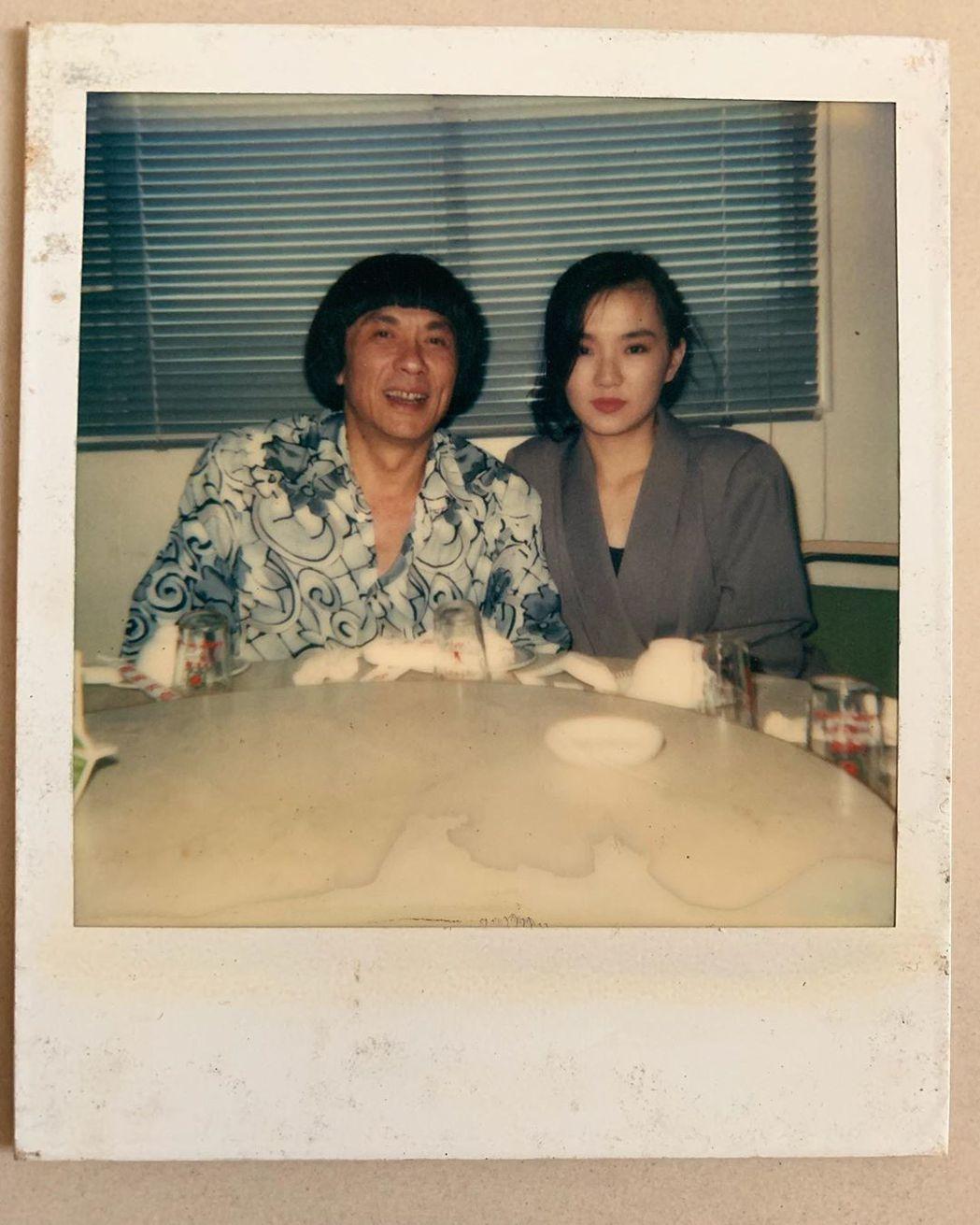 謝金燕19歲時與父親豬哥亮的合照。 圖/擷自謝金燕IG