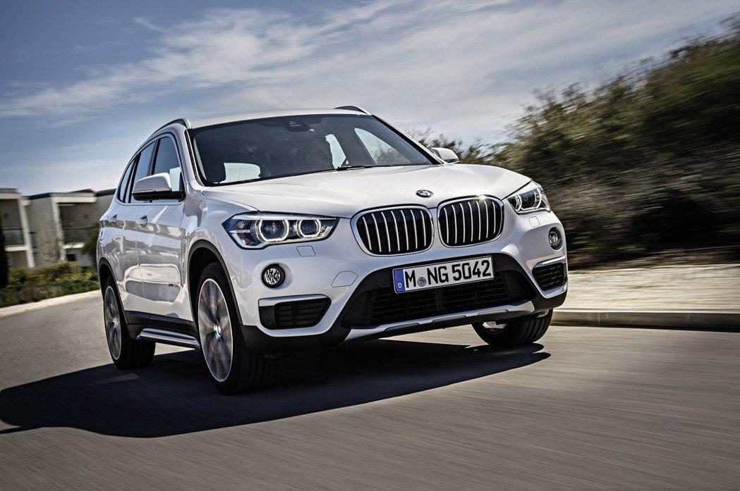 全新BMW X1領航版配備滿載,標準配備包括BMW智能衛星導航系統、抬頭顯示器、...