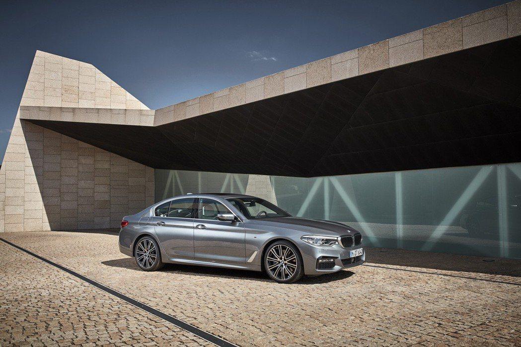 本月入主BMW 5系列享有頂級五星飯店假期與一年乙式全險。 圖/汎德提供