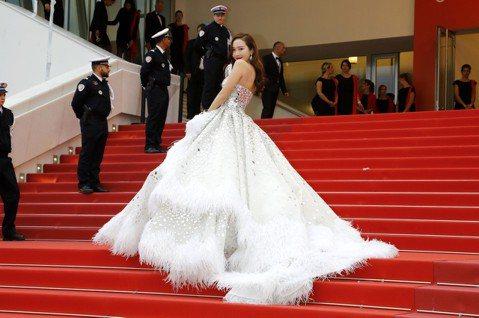 去年韓星潔西卡(JESSICA)首度參加坎城影展,今年的她也沒有缺席。上回她穿著Ralph & Russo的粉紫色夢幻花朵浮誇禮服出征,氣勢超強,整體高貴又優雅讓她的坎城紅毯處女秀好評不斷。...