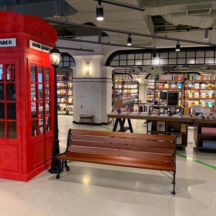 電話亭裡頭其實是書籍檢索的地方。圖/擷自instagram