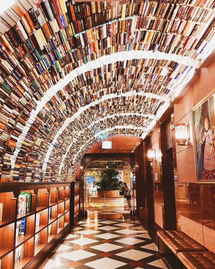 位於「ARC.N.BOOK」的書牆隧道。圖/擷自instagram