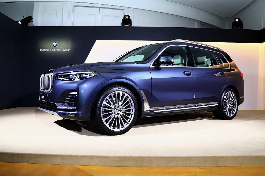 BMW X7外型以家族標誌性的雙腎型水箱護罩為核心,與鋒利的類六角形智慧LED頭...