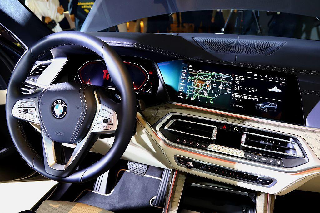 BMW X7導入全數位虛擬座艙,將智能衛星導航圖資完整顯示於全新12.3吋的虛擬...