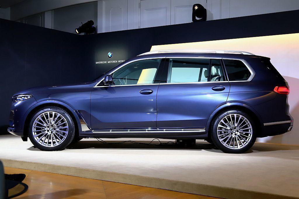 BMW X7標準配備前後軸自動水平氣壓式懸吊系統、xDrive智慧型可變四輪傳動...