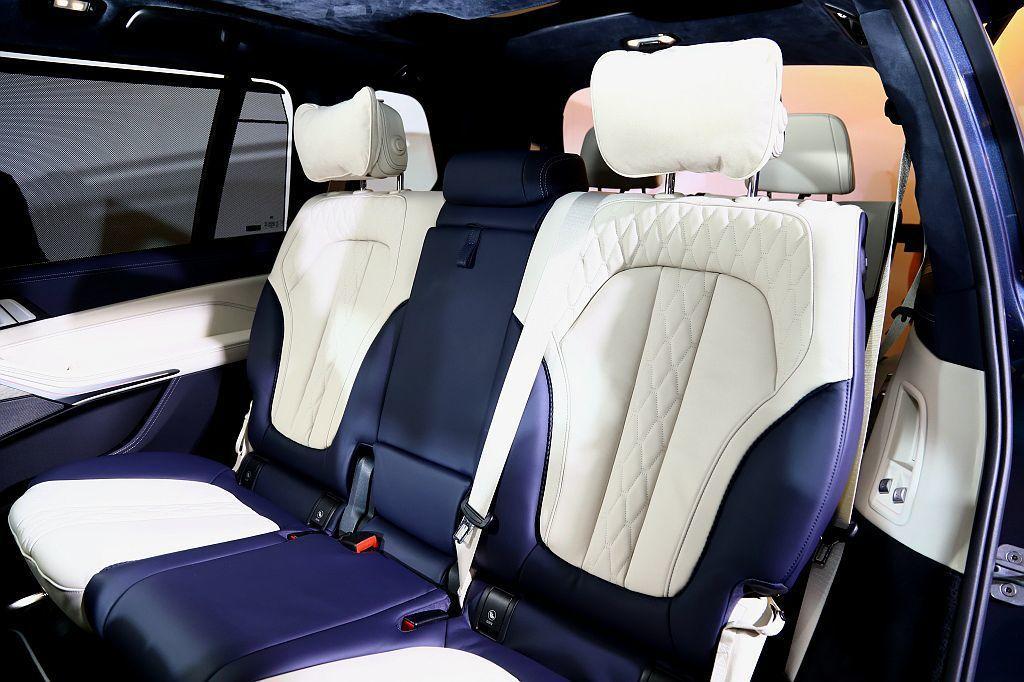無論六座設計或七人陳設,第二排座椅均可電動前後調整達14.5cm。 記者張振群/...