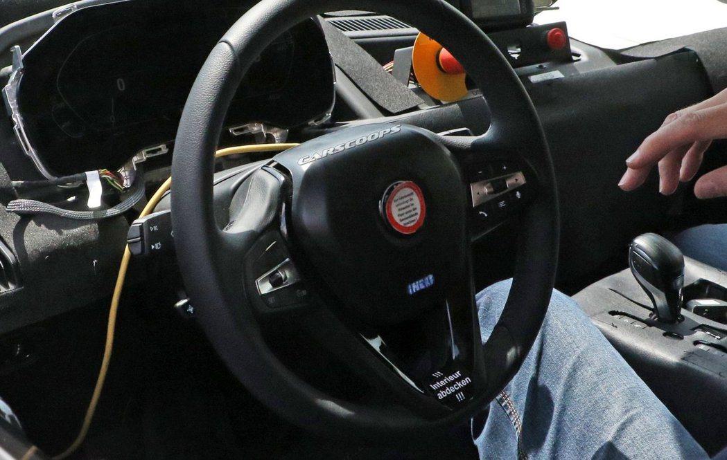 BMW iNEXT方向盤上有著疑似藍字「iNEXT」的字樣。 摘自Carscoo...