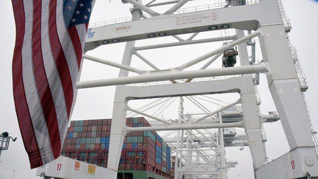 美國以關稅等經濟武器迫使盟友與對手讓步,且屢有成效,顯示了美國經濟影響力之強大。...