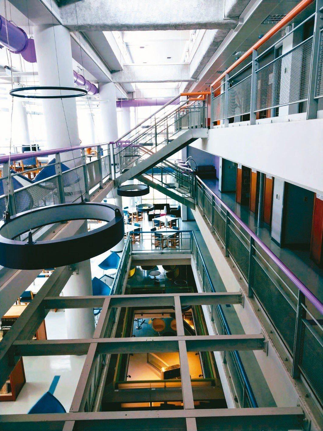 龍華科大斥資6000萬元打造DREAM智能圖書館,提升學子學習力。圖/龍華科技大...