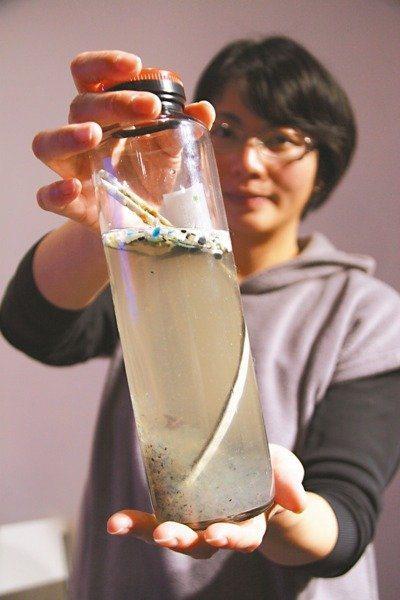 廖敏惠曾赴北太平洋垃圾渦流區,帶回充斥塑膠微粒的「濃湯」。 記者鄭朝陽/攝影