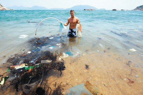 住在香港的環保人士兼企業家伍林展示在香港海邊發現的無人清理垃圾,強調海洋垃圾問題...