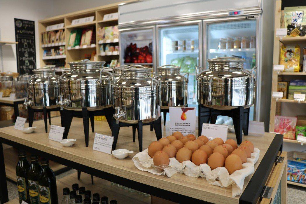 散裝雞蛋及苦茶油等散裝液體販賣商品。 攝影/張海琦